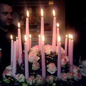 Geburtstagstorte aus Rosen und Kerzen